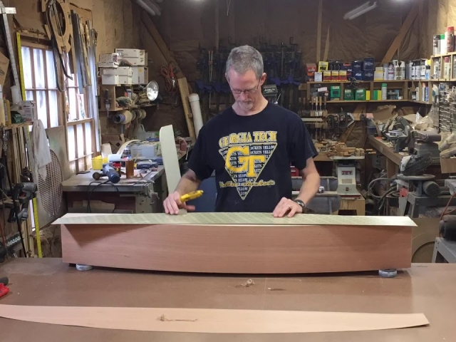 Putting a veneer on a curved mantel